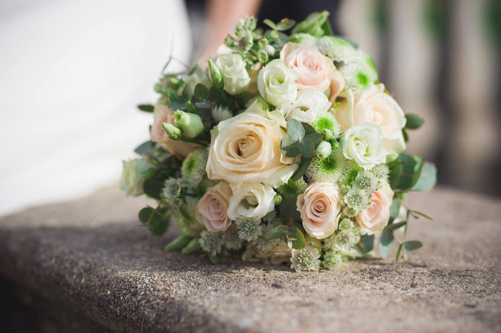 Brautstrauß mit cremefarbenen Rosen