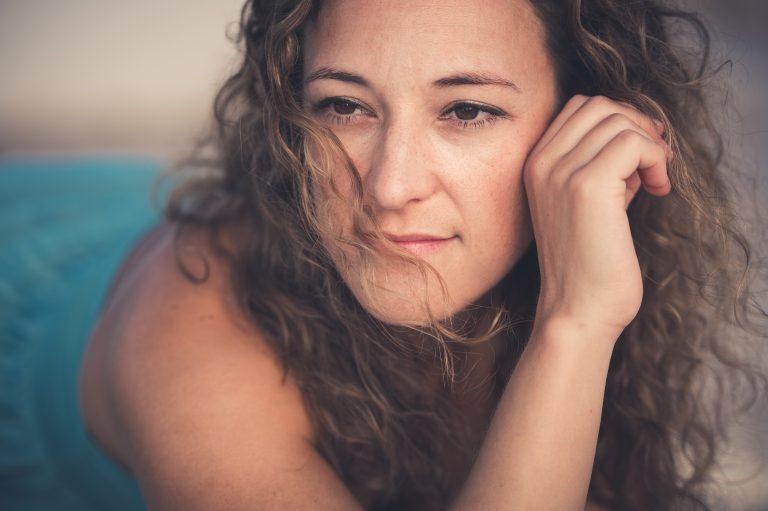 Portrait eines weiblichen Lockenkopfs